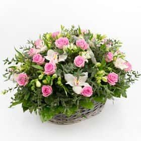 Корзина из роз и орхидей «Подарок любви»