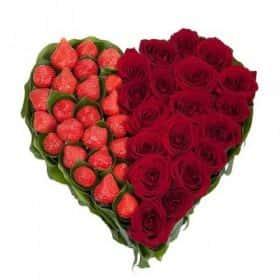 Сердце из 19 красных роз и клубники