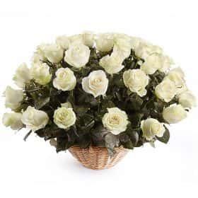 51 белая роза Мондиаль в корзине