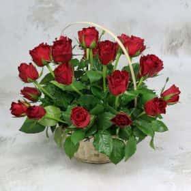 25 красных роз 40 см. в корзине VIP