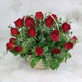 25 красных роз 40 см. с листьями фисташки в корзине Люкс