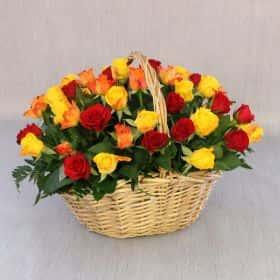 51 красная, желтая и оранжевая роза 40 см. в корзине Люкс