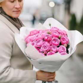 Пионовидные розы в белом