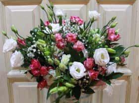Белая эустома с розовой кустовой розой